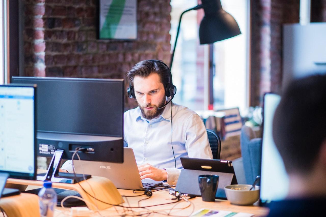 it-mand hjælper virksomhed med IT-support