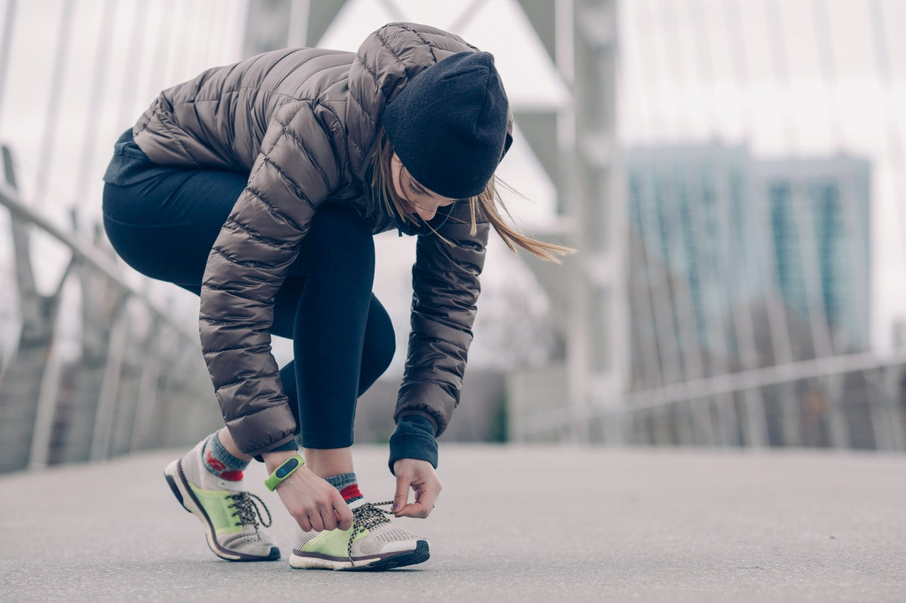 kvinde er ude og motionere